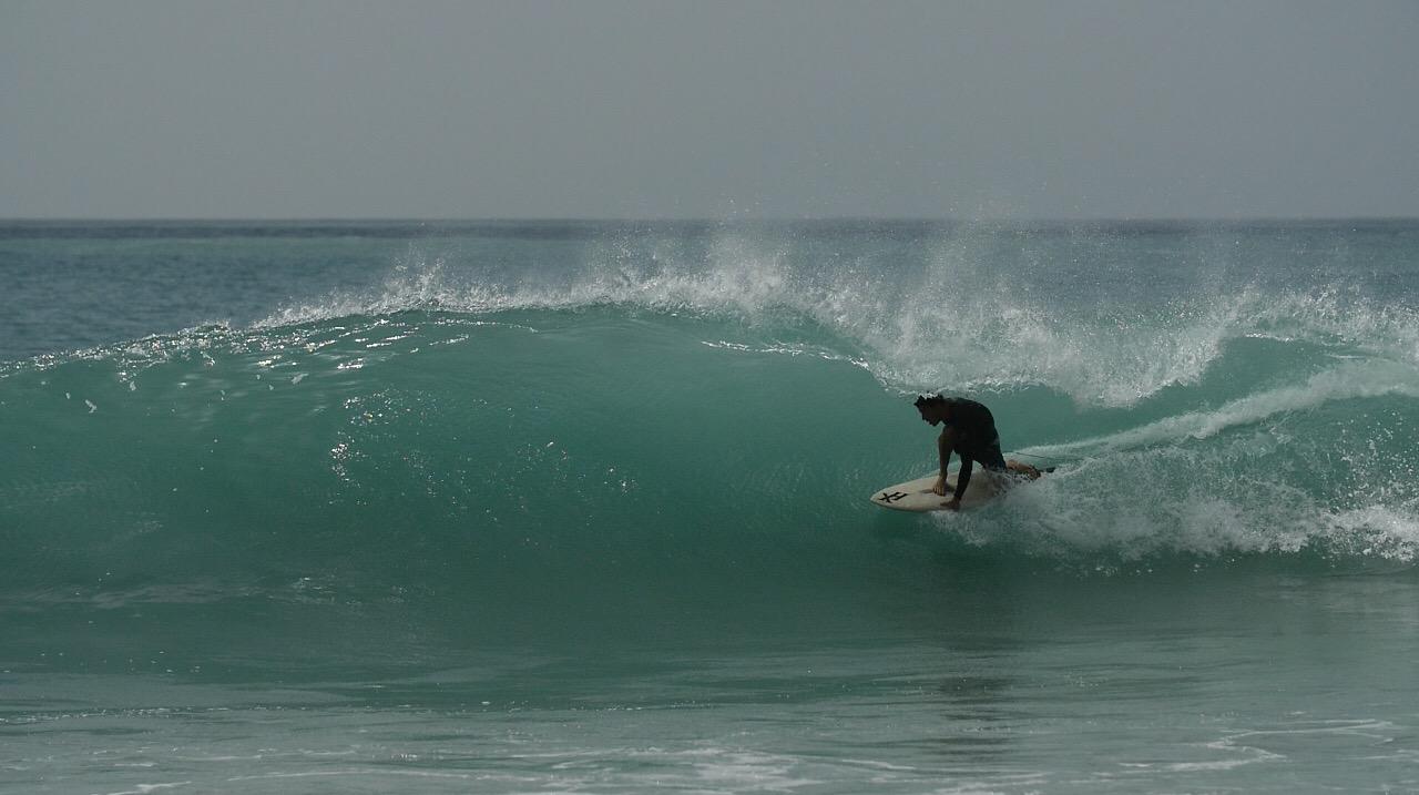 Demo surf par Greg - Kokoplaj, école de surf Guadeloupe et location de planches de surf